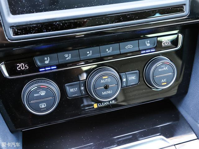 作为内饰部分中的最大亮点,顶配车型装配有12.3英寸数字化液晶仪表盘,并整合了时速、转速、导航以及娱乐在内的各种信息功能,显示效果非常出色。此外,全新迈腾还配备有采用最新MIB车载娱乐系统的8英寸触摸屏,该系统可同时支持Apple CarPlay以及Android Mirror-Link功能。车身尺寸方面,全新迈腾的长宽高分别为4866/1832/1464mm,轴距为2871mm,相比现款车型增加了59mm。车身尺寸的全面提升也为后排乘客带来了更为宽敞的乘坐空间。