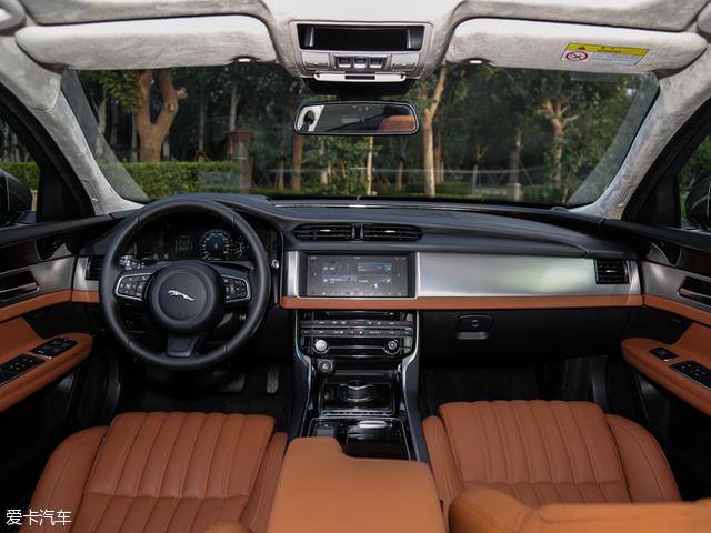 国产捷豹XFL的内饰采用了更多直线条进行勾勒,整体内饰风格更偏向于简洁商务。颇具捷豹标志性的分层仪表台设计灵感来自XJ车型的Riva Hoop,并一直延伸到车门。大面积实木与铝材的使用,尽显豪华风范。