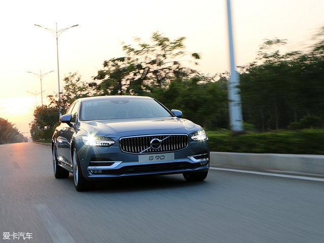 动力系统部分,沃尔沃全新S90长轴距版车型搭载了连续两年获得沃德十佳发动机称号的Drive-E 2.0L直列四缸涡轮增压汽油发动机,其中T4车型的最大功率为142kW(190Ps),而T5车型的最大功率为189kW(254Ps)。与发动机匹配的是一台8速手自一体变速箱。在动力输出和燃油经济性上都有不错的表现,动力输出上优于大部分同级别车型的2.0T发动机。