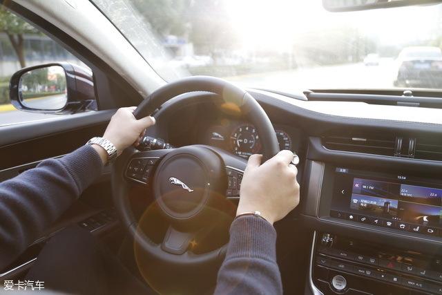 设计之初,车身以及底盘大量铝制部件的使用就决定了这台车具备极佳的动态响应,也更精于操控,无论是面对紧急变道还是高速过弯,XF L都能应付自如。