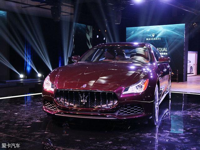 SUV车型上。新款Quattroporte总裁轿车的其他显著特征包括亚光黑色侧面裙板和车外后视镜,后者的造型也稍有改变,以匹配新型技术装备。    新款Quattroporte总裁轿车在外观设计上进行了多达12处的更新。在保持玛莎拉蒂品牌鲜明个性的同时强化了它的优雅风格。   多达12项外观更新包括:   1.